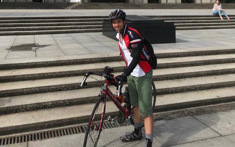 Elang (19) uit Hoogeveen maakte een fietstocht van ruim 2.000 km door Europa. 'Jammer dat ik net voor het einde werd aangereden'