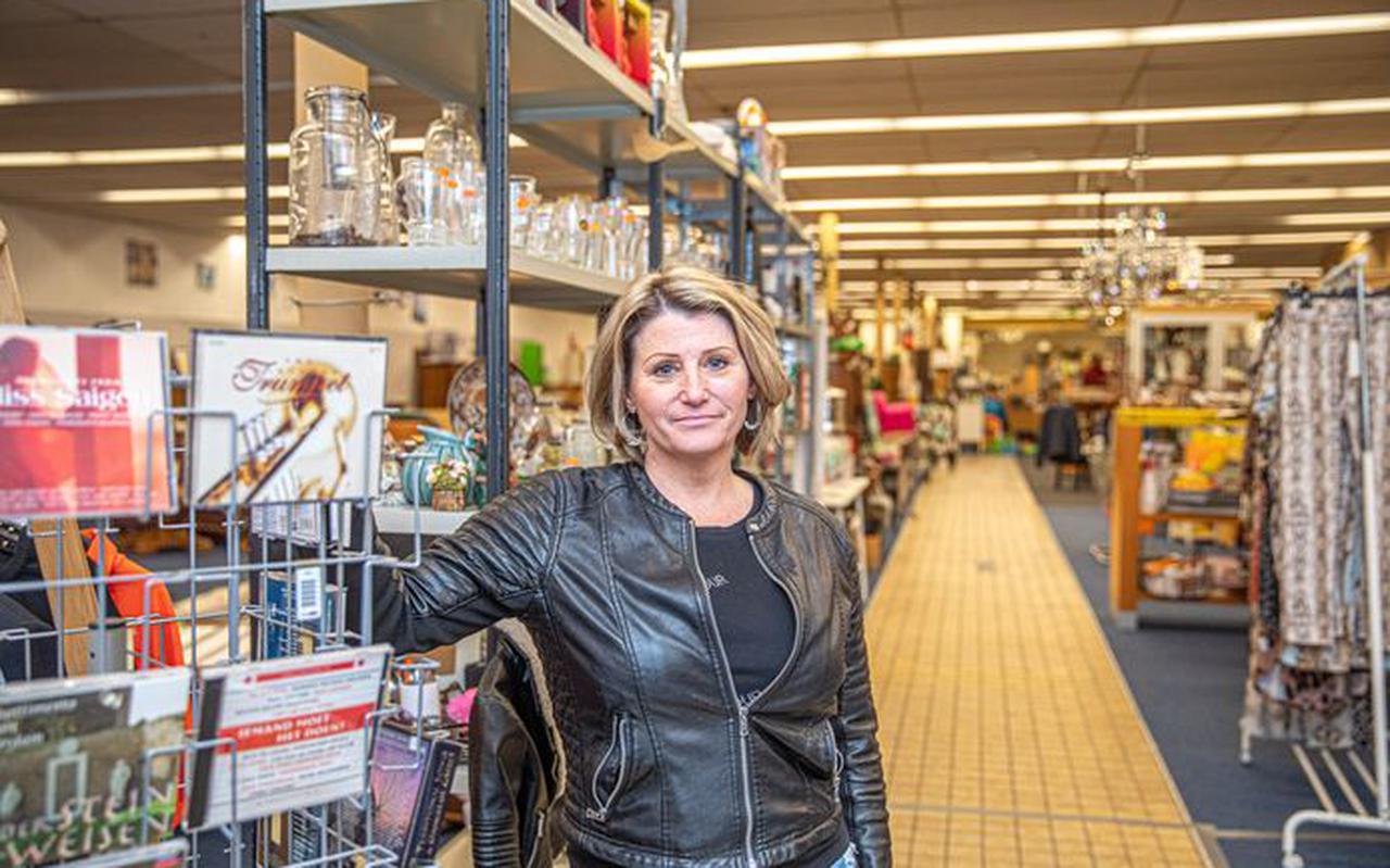Petra Wolters van kringloopwinkel 'Nieuw Geluk' aan de Vechtstraat in Zwolle deed een heel vreemde vondst dinsdagochtend. En dus kwam de politie erbij.
