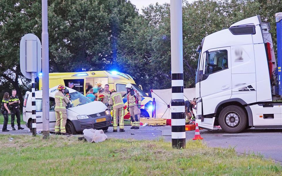 Een gewonde na botsing tussen busje en vrachtwagen op N862 tussen Emmen en Nieuw-Dordrecht.
