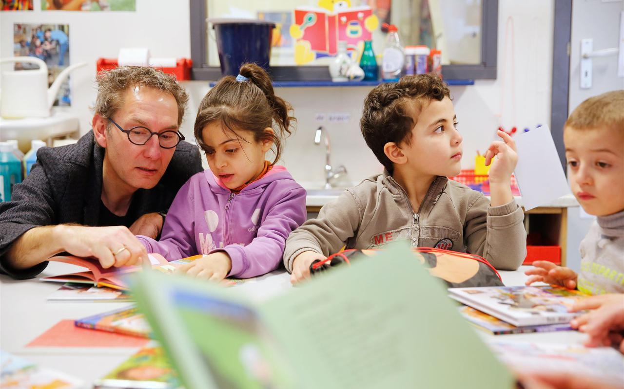 Een leraar geeft les aan een basisschoolklas. FOTO ANP/BAS CZERWINSKI