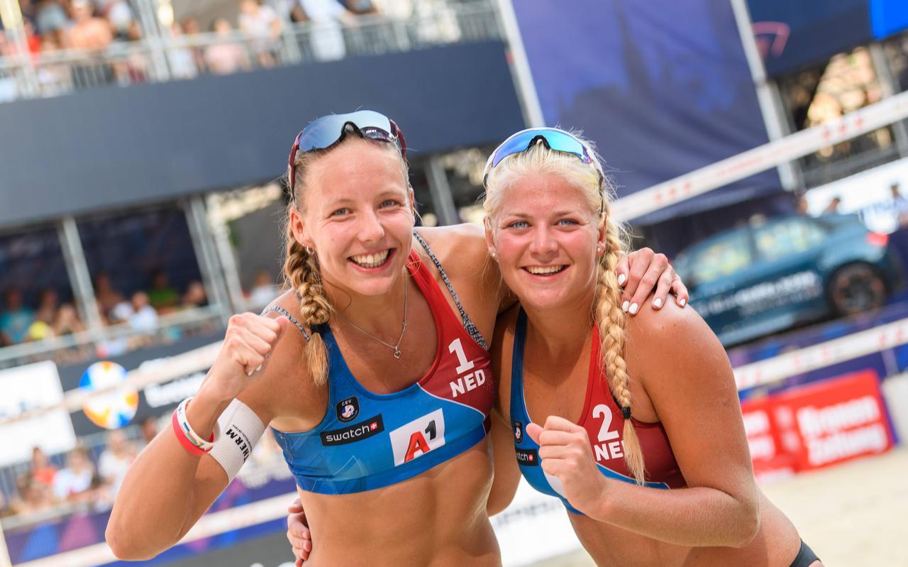 Katja Stam (links) en Raïsa Schoon vieren de overwinning in Wenen. Later vandaag spelen ze de finale.