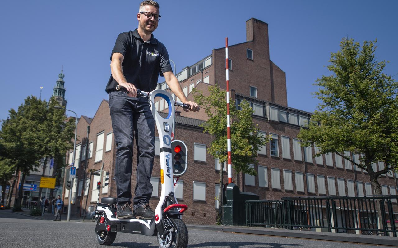 Eigenaar Arno Tijmens van tweewielerzaak TrendEWheels in Groningen op een e-step.