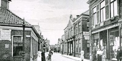 De Langestraat in Winschoten, in de tijd toen die stad nog een grote Joodse gemeenschap had. Rechts de winkel van Polak voor garen, band en modeartikelen