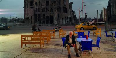 Regisseur Milo Rau nam NT Gent - hier acteur Johan Leysen - mee naar het verwoeste Mosul.