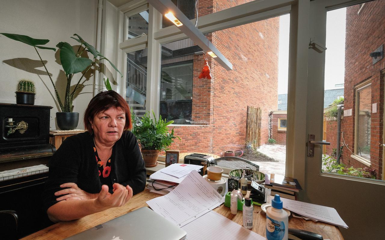 Elvira Krudde heeft een appartementencomplex naast haar tuintje gekregen. Tot vorig jaar stond daar een groene haag.