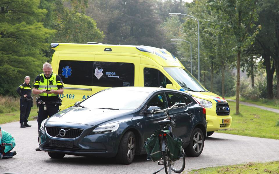 Fietser gewond geraakt na botsing met personenauto in Vries. Vrouw is met een ambulance naar het UMCG gebracht.