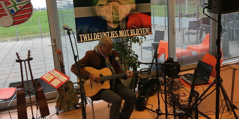 Zanger Arnold Veeman bereidt zich voor op het optreden in de kantine van RTV Noord. FOTO DVHN/LISELOTTE SCHÜREN