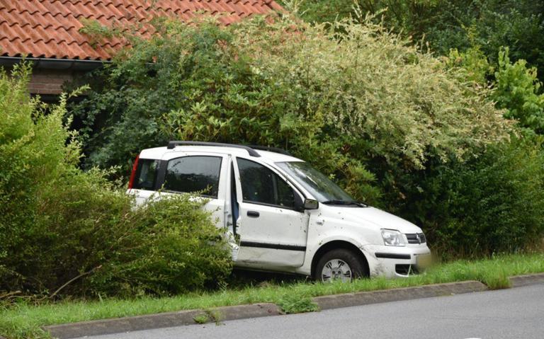 Auto belandt in struiken na eenzijdig ongeval Eesveenseweg.