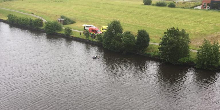 De auto is bijna onder water verdwenen. FOTO DVHN