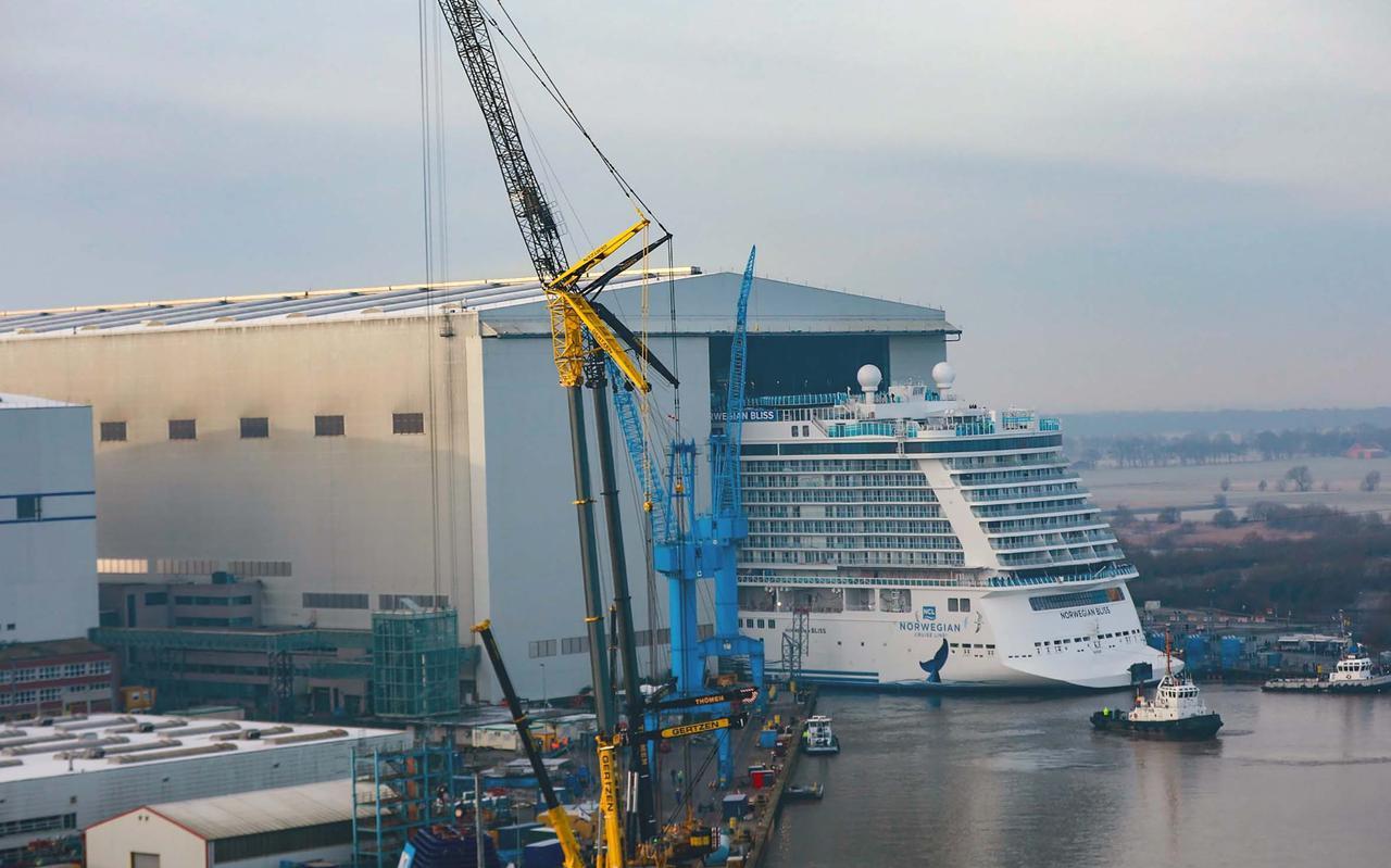 Een van de cruiseschepen die Meyer in het verleden heeft gebouwd, Norwegian Bliss, verlaat het dok.
