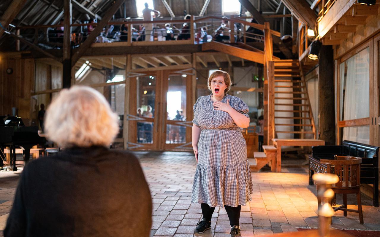 Irene Hoogveld  repeteert haar rol als Santuzza voor opera Cavalleria Rusticana.