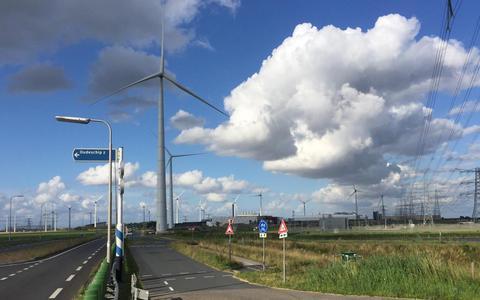 Twee windmolens staan klaar om te draaien langs de N33 aan de zuidoostkant van het Eemshavengebied. Voorlopig staan ze echter stil omdat nog geen ontheffing is aangevraagd voor het 'overzwaaien' van de wieken over de weg.