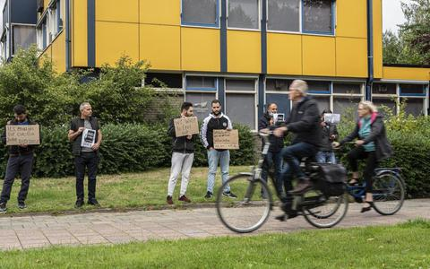 Bewoners azc in Delfzijl demonstreren tegen trage asielprocedure (en zijn van plan dat dagelijks te doen)