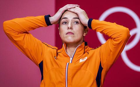 De nederlaag komt hard aan bij geblesseerde Lois Abbingh op de Nederlandse bank.