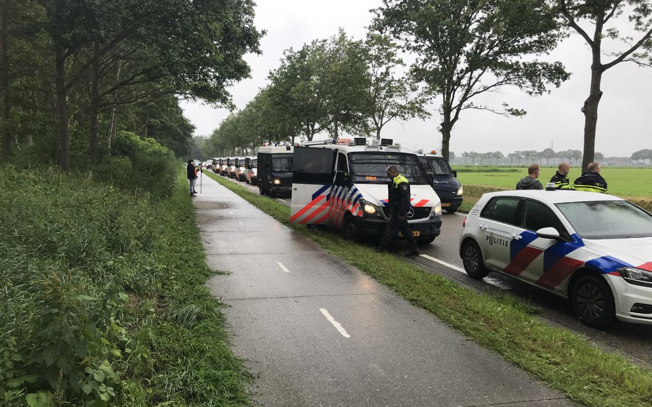 Een lang lint politiebusjes stond klaar om het erf van Henk Fikkert in Wijster op te rijden.