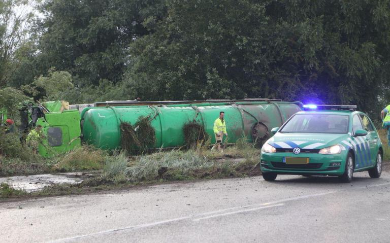 Vrachtwagen kantelt op Winschoterweg na botsing met auto.