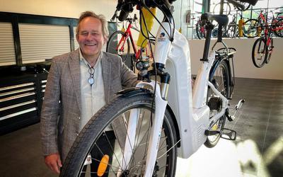 Docent Jop de Ruijter van de opleiding fietstechniek van Noorderpoort met de  eerste waterstoffiets van Noord-Nederland. Foto: DVHN