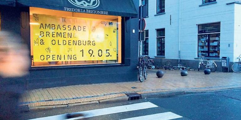De ambassade vestigt zich in de voormalige schoenenwinkel bij de A-brug. FOTO DVHN
