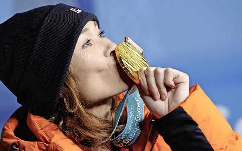 Bibian Mentel viert het goud in Pyeongchang.