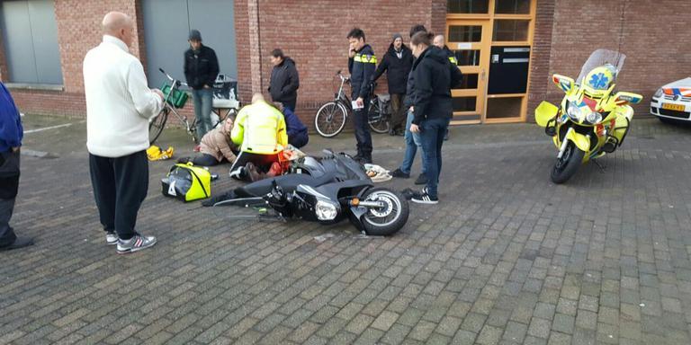 Een van de twee scooterrijders bleef gewond achter