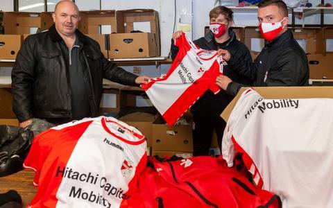 FC Emmen schenkt Kledingbank Drenthe in Hoogeveen dozen vol sportkleding: 'Daor bent wij bliede met'