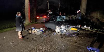 Beide voertuigen raakten door het ongeluk flink beschadigd.