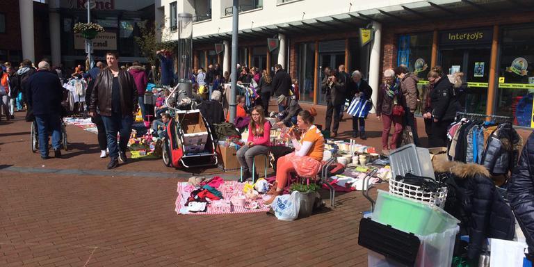 Verkopers op het Israëlplein in Winschoten.