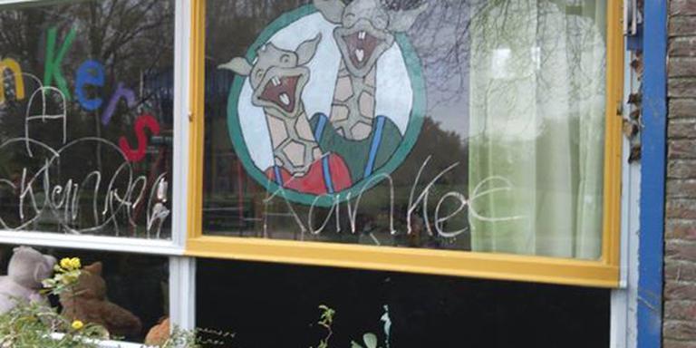 De ramen van de school in Emmerhout werden door vandalen beklad. FOTO POLITIE ZUIDOOST-DRENTHE/FACEBOOK