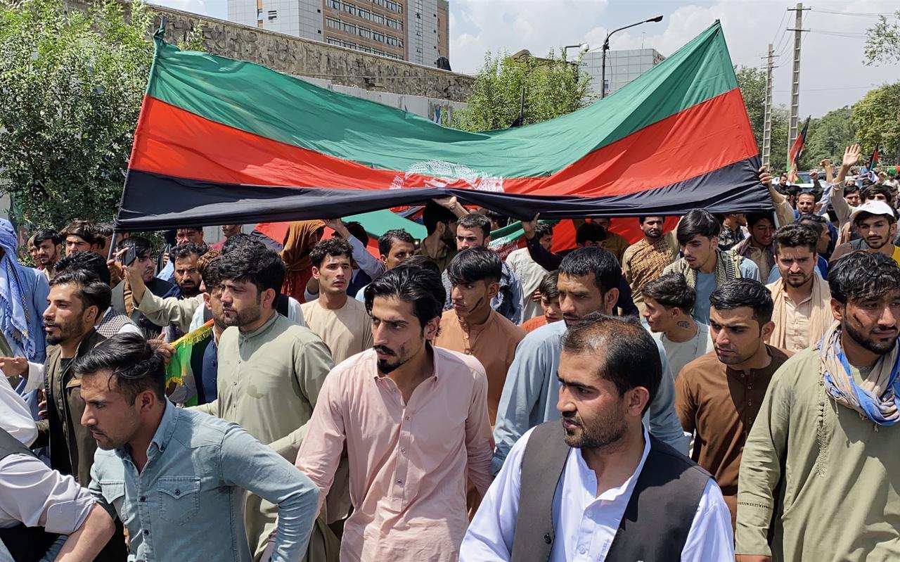 Afghanen dragen de nationale vlag door de straten van Kabul om de Onafhankelijkheidsdag te vieren, 19 augustus 2021.