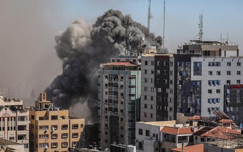 De raketvaanval op een gebouw met kantoren van Associated Press en Al-Jazeera laat zien: Israël probeert de media doelbewust het zwijgen op te leggen | opinie