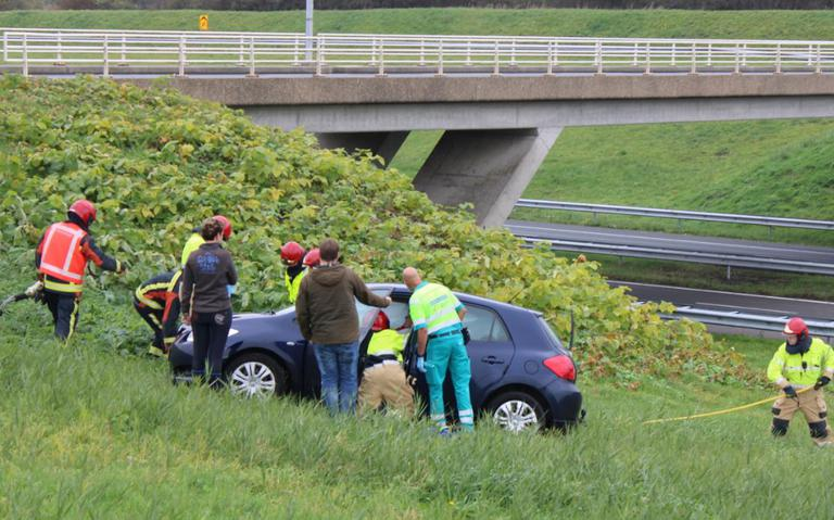 Auto raakt van de weg bij botsing op afrit A7 bij Heiligerlee.