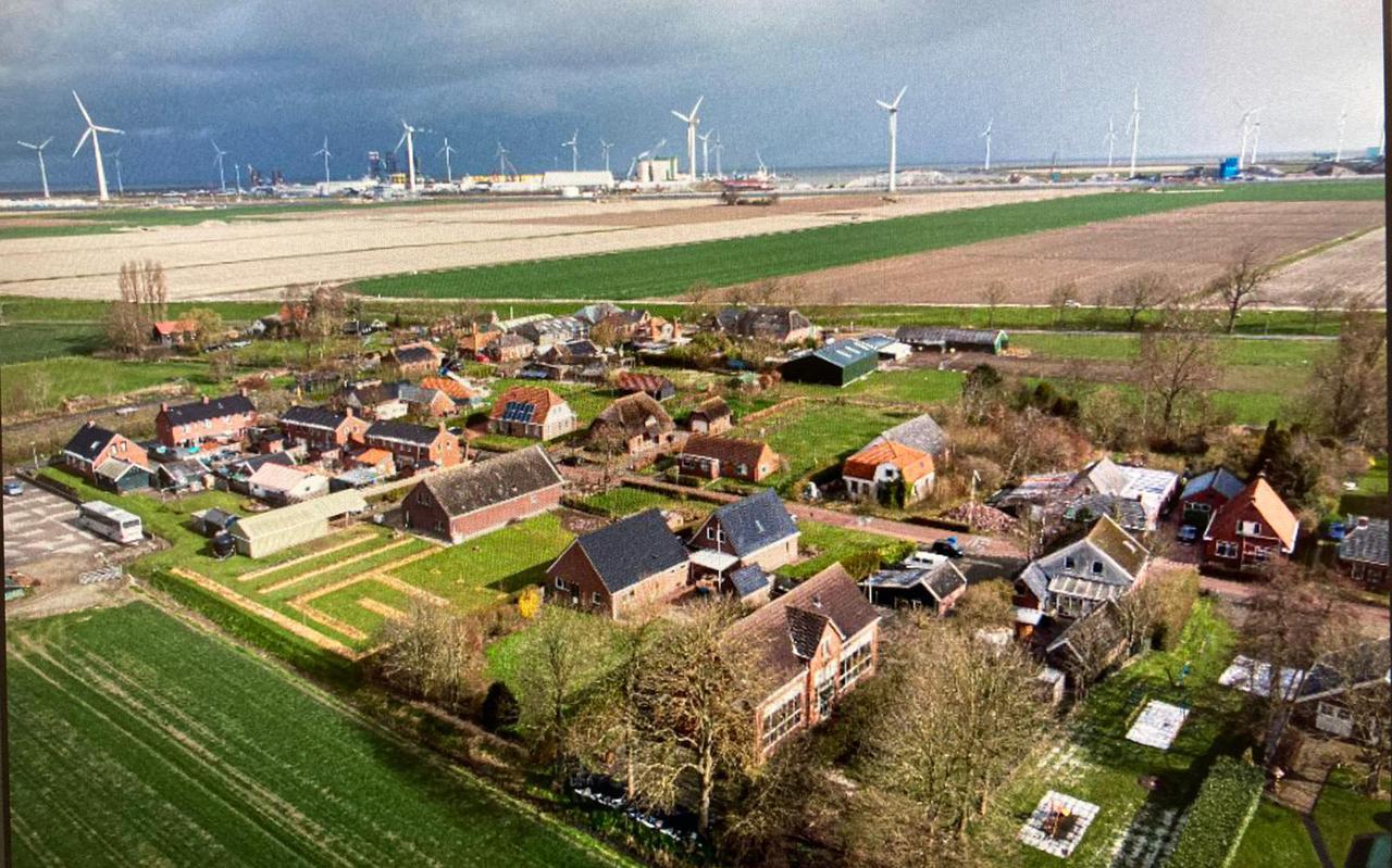 Deze luchtfoto laat zien hoe dicht de Eemshaven het dorpje Oudeschip is genaderd.
