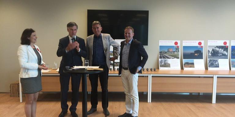 De winnaars van het Raadhuisplein met Cees Bijl. FOTO DVHN
