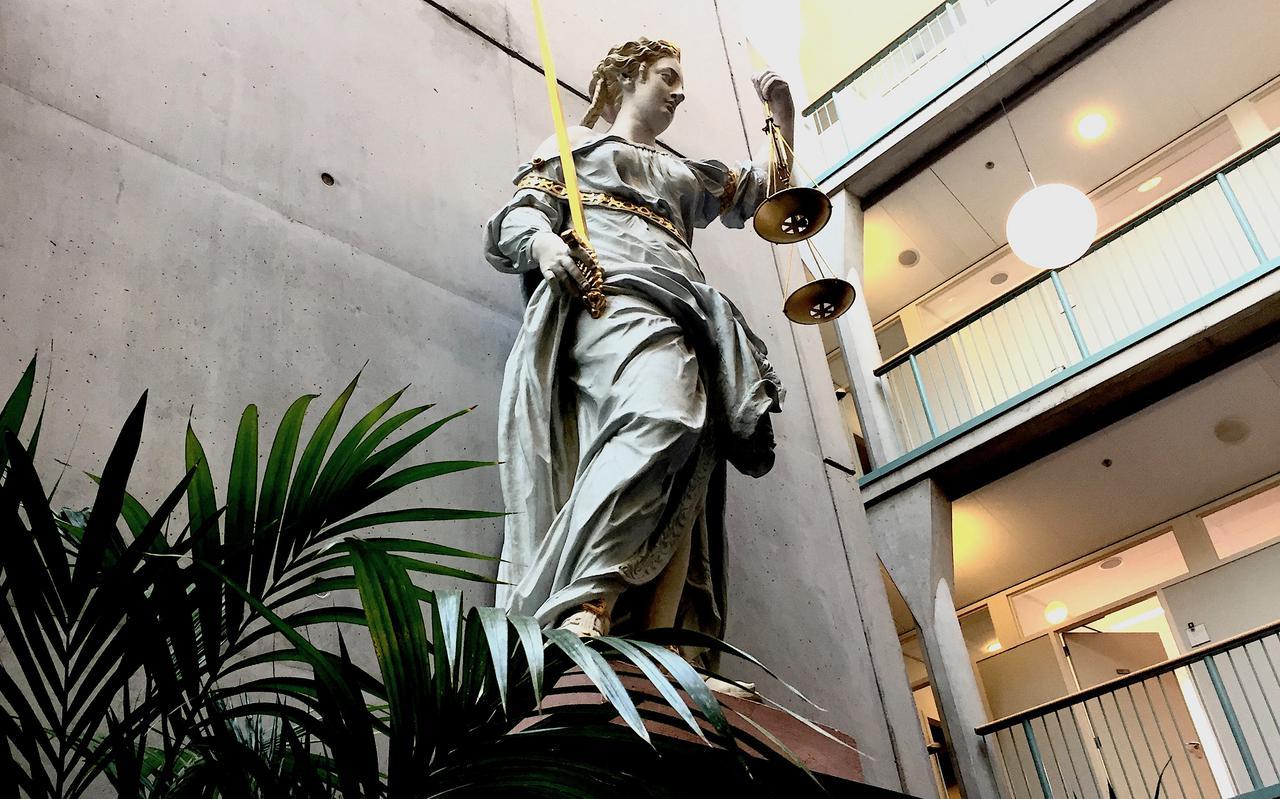 Vrouwe Justitia in de hal van de rechtbank in Groningen