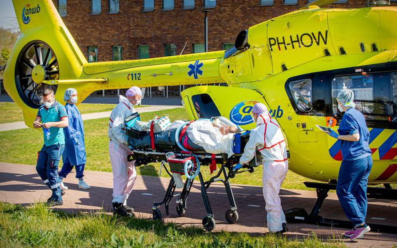 Een corona-patient wordt vanuit het Bernhoven ziekenhuis in Uden verplaatst naar het UMCG ziekenhuis in Groningen. Zo nam het Noorden wat van de last op de Brabantse IC-afdelingen over. Foto: AD/BSR Agency