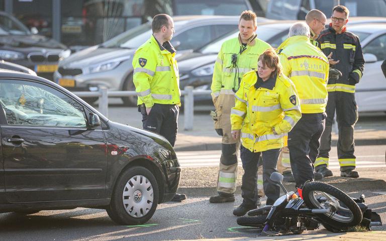 Snorfietser zwaargewond bij aanrijding met auto op Sint Petersburgweg in Groningen.