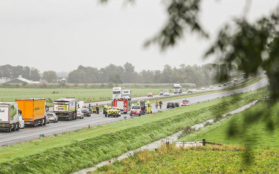 Bestuurder naar ziekenhuis na botsing tegen boom in Venlo.