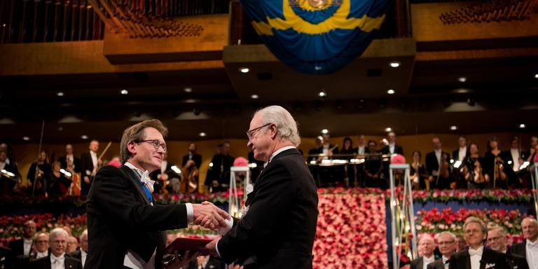 Ben Feringa neemt zijn Nobelprijs in ontvangst