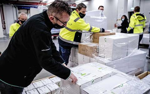 In deze vaccinopslag in Oss ligt de complete voorraad voor Nederland opgeslagen. Zo gaat het er binnen aan toe