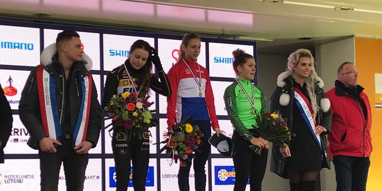 Fleur Nagengast (tweede van links) op het podium met haar zilveren medaille.