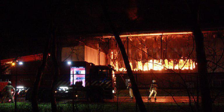 Brandweerlieden in de weer bij de in brand staande loods. Foto: De Vries Media