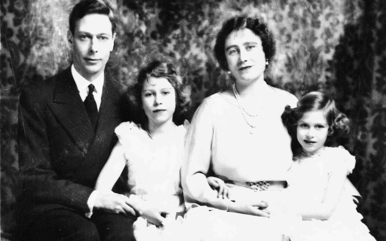 De Britse koningin-moeder Elizabeth met haar man Koning George VI en hun twee dochters prinses Elizabeth en prinses Margaret (rechts).