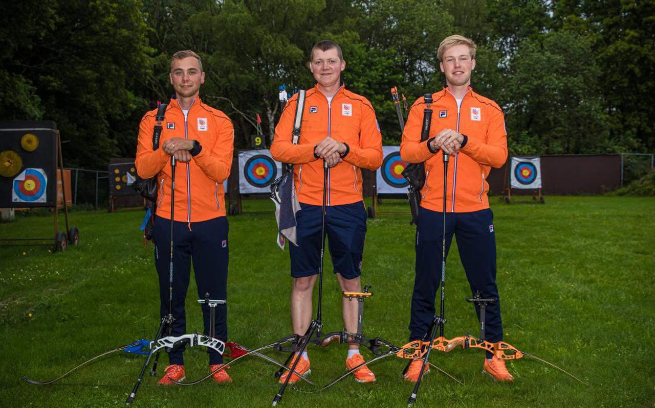 De handboogschutters Steve Wijler, Sjef van den Berg en Gijs Broeksma (vlnr) gaan naar de Olympische Spelen.