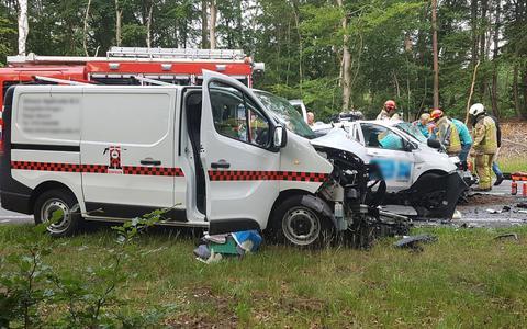 Vrouw overlijdt bij frontale botsing op N34 bij Odoorn. Politie onderzoekt waarom haar auto op de andere weghelft reed