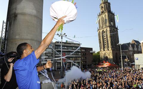 Op een volle Grote Markt viert Jason Dourisseau in 2014 de landstitel. Even later krijgt hij te horen dat er een tribune naar hem wordt vernoemd.