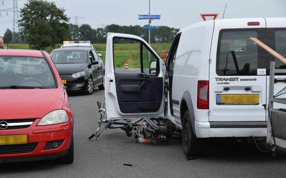 Fietser naar ziekenhuis na botsing met auto in Doezum.