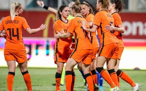 Spelers van Nederland vieren de 3-0 van Jill Roord  tijdens de WK-kwalificatiewedstrijd tussen Cyprus en Nederland in de AEK Arena.