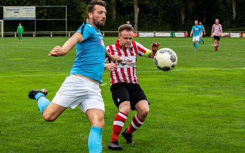 Heine Uuldriks van Hoogezand (l) in duel met Frank Davids.