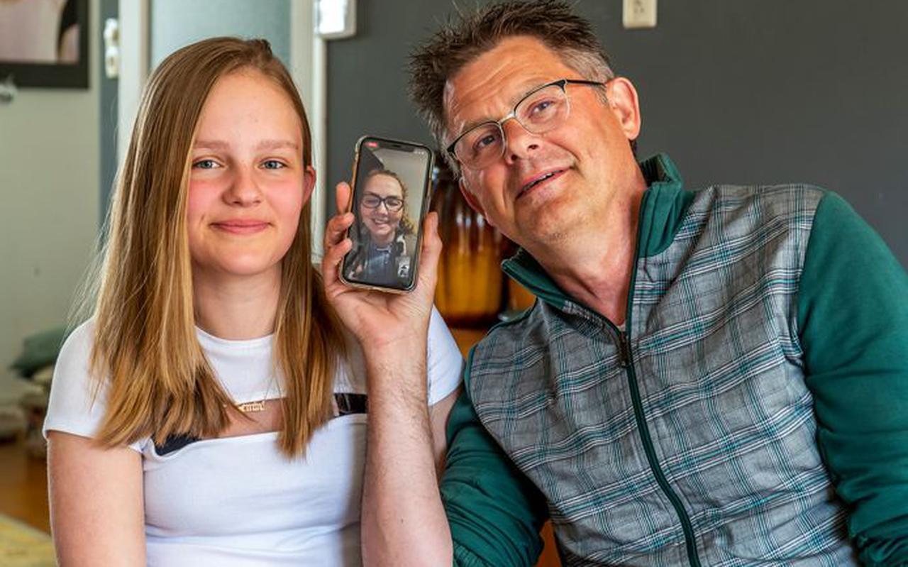 Vader Sjouke (58) en dochter Joy (13) Dijkstra aan het videobellen met vrouw en moeder Jeannette, die dementie heeft.