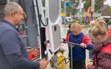 Kinderen konden een kijkje nemen in de monteursbus van WMD.